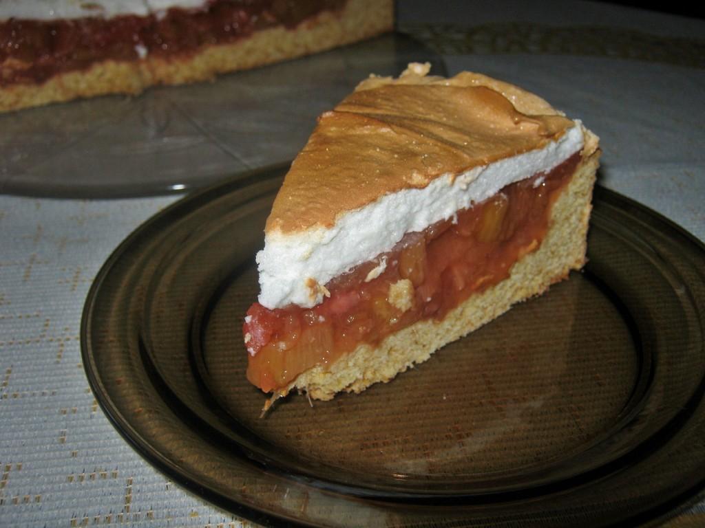 Kruche ciasto z rabarbarem i truskawkami