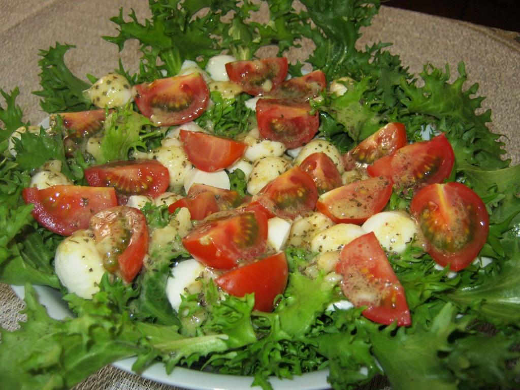 Sałata z pomidorami i mozarellą z sosem