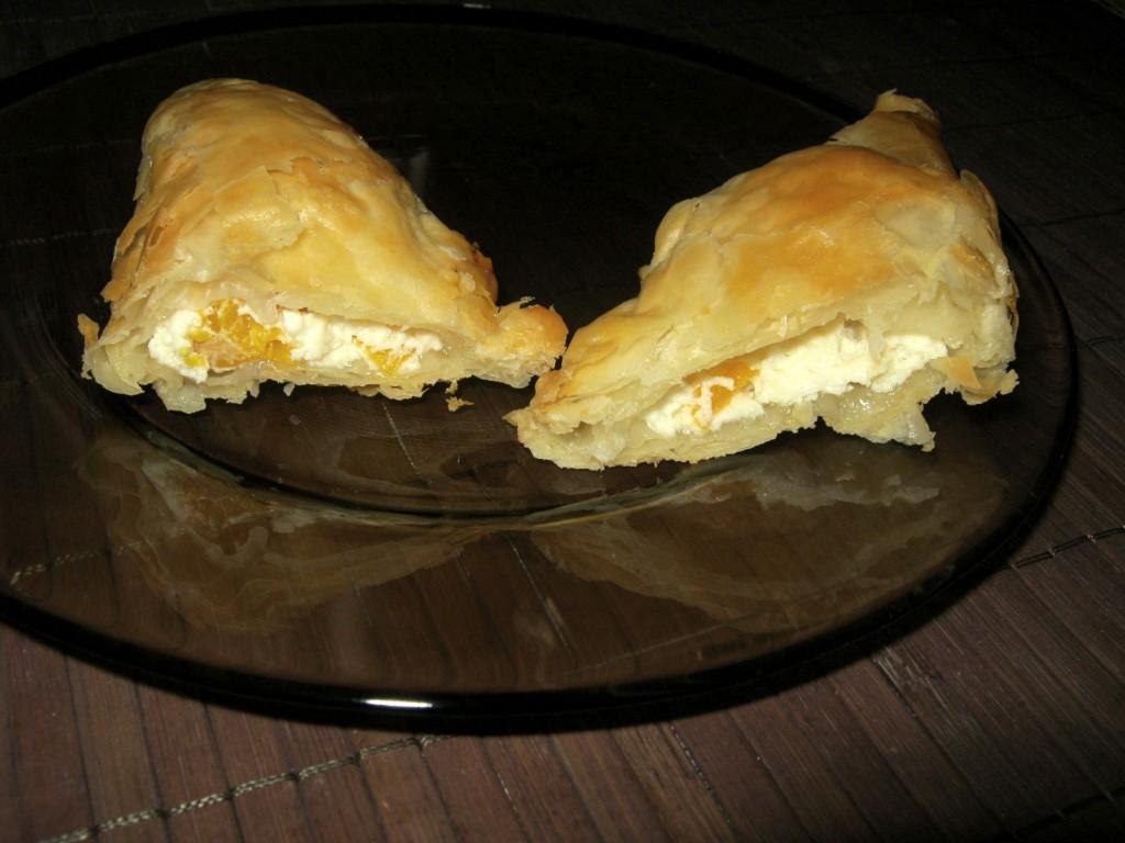 Półfrancuskie trójkąty z serem i brzoskwiniami