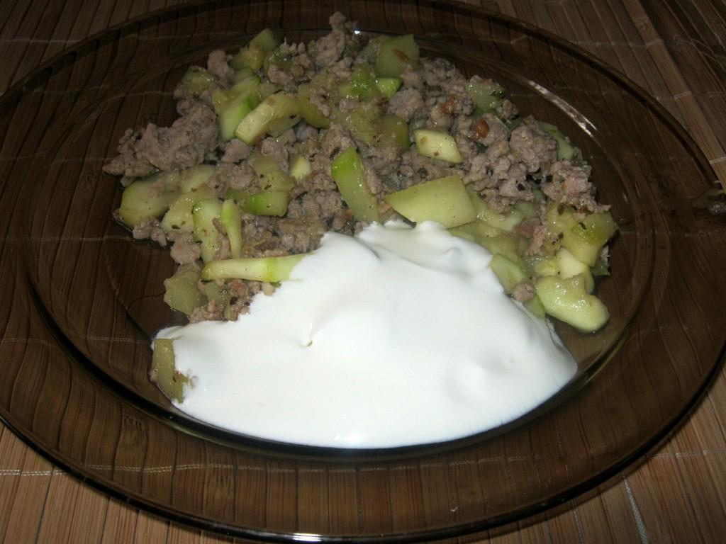 Potrawka z cukini i mięsa mielonego z dodatkiem śmietany
