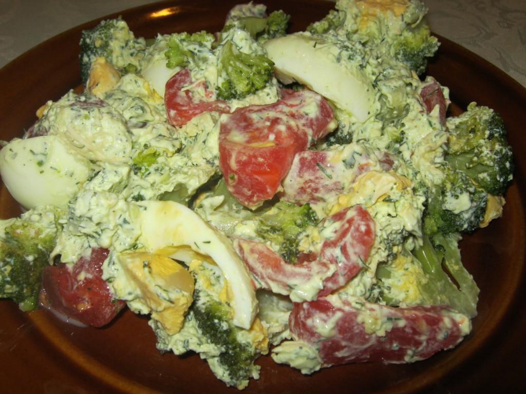 Sałatka brokułowo-pomidorowa z jajkiem