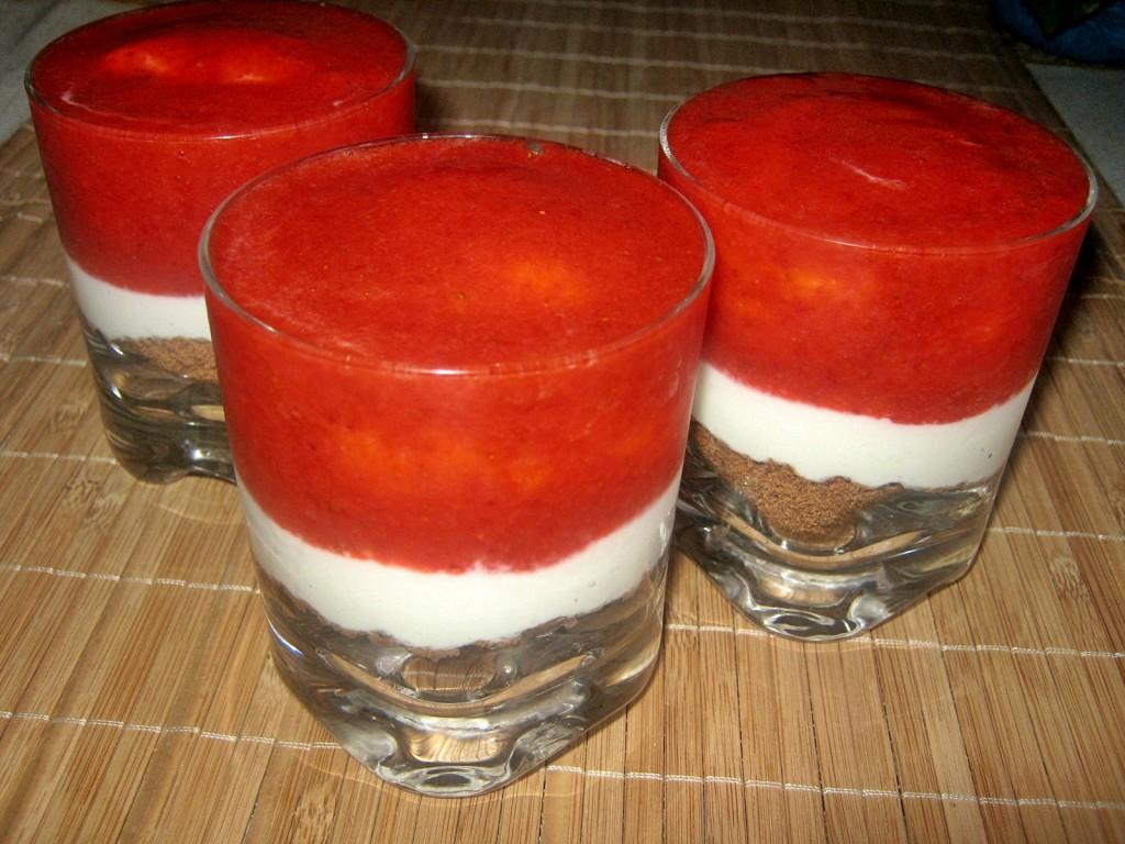 Serniczki  truskawkowe w szklankach2