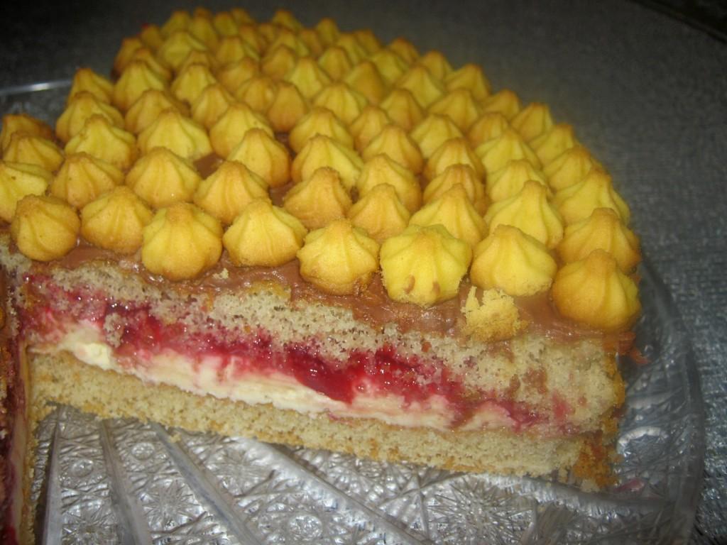 Ciasto biszkoptowe z masą i  kruchymi ciasteczkami0