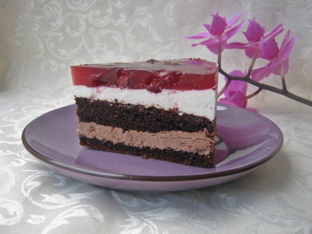 tort-z-masa-czekoladowa-i-smietankowa-oraz-wisniami1