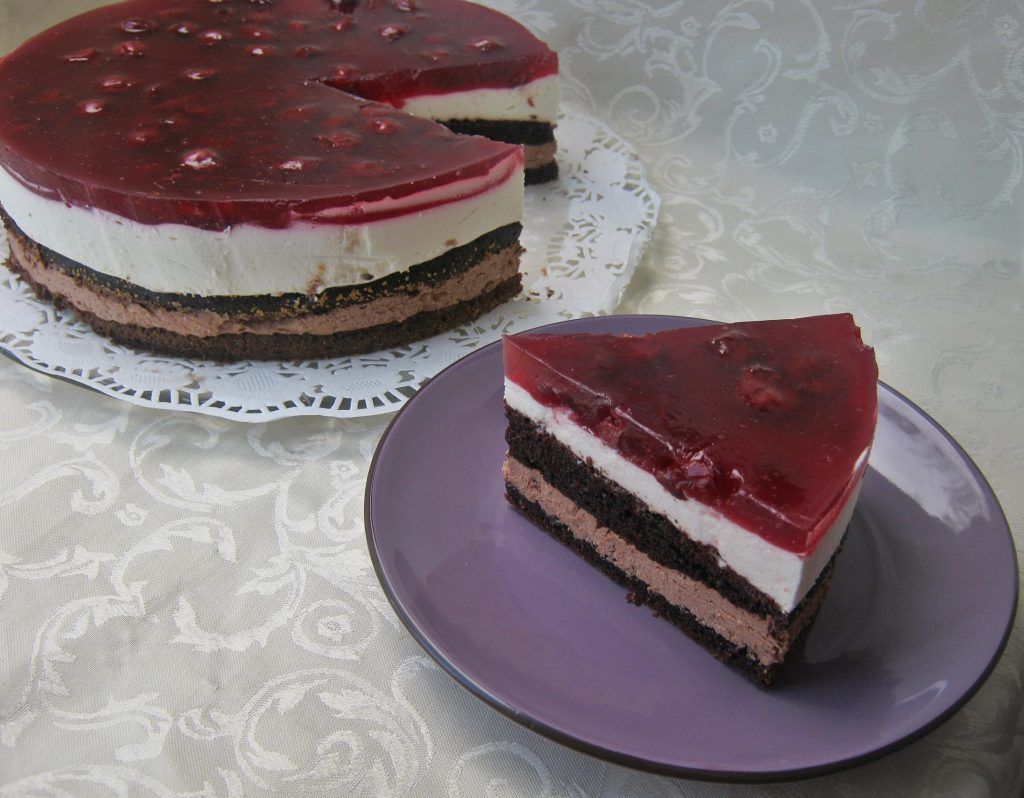 tort-z-masa-czekoladowa-i-smietankowa-oraz-wisniami11