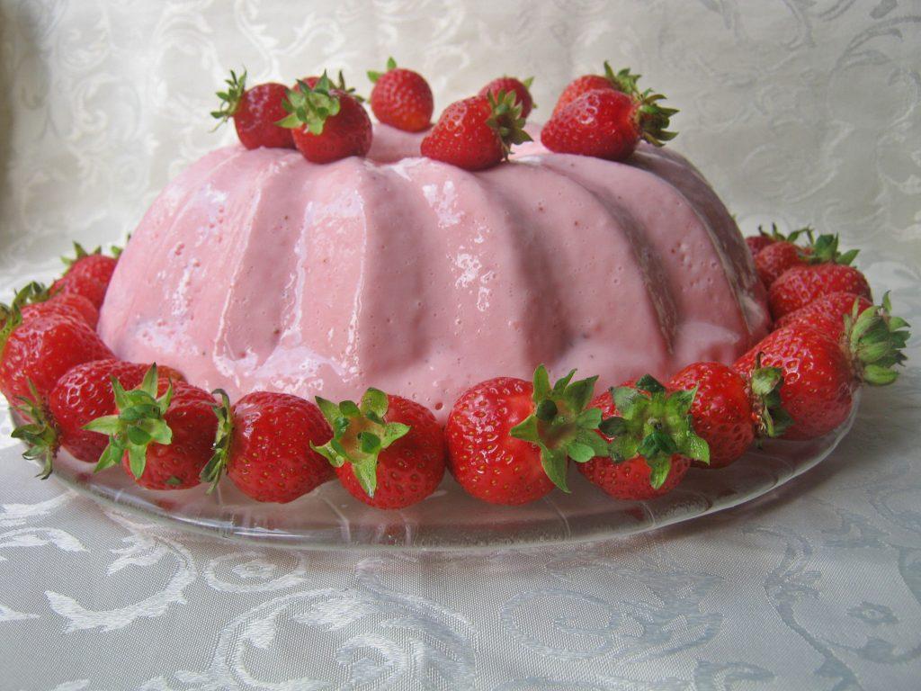 babka-z-twarogu-jogurtu-i-truskawek-bez-pieczenia
