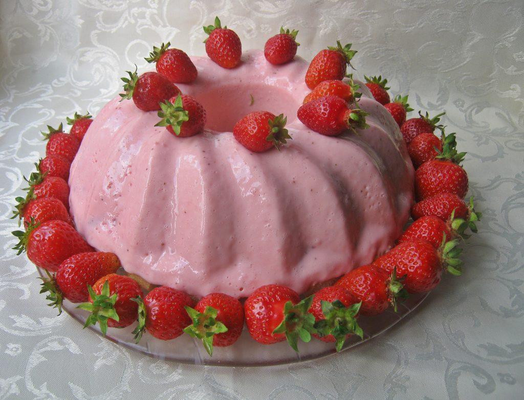 babka-z-twarogu-jogurtu-i-truskawek-bez-pieczenia7