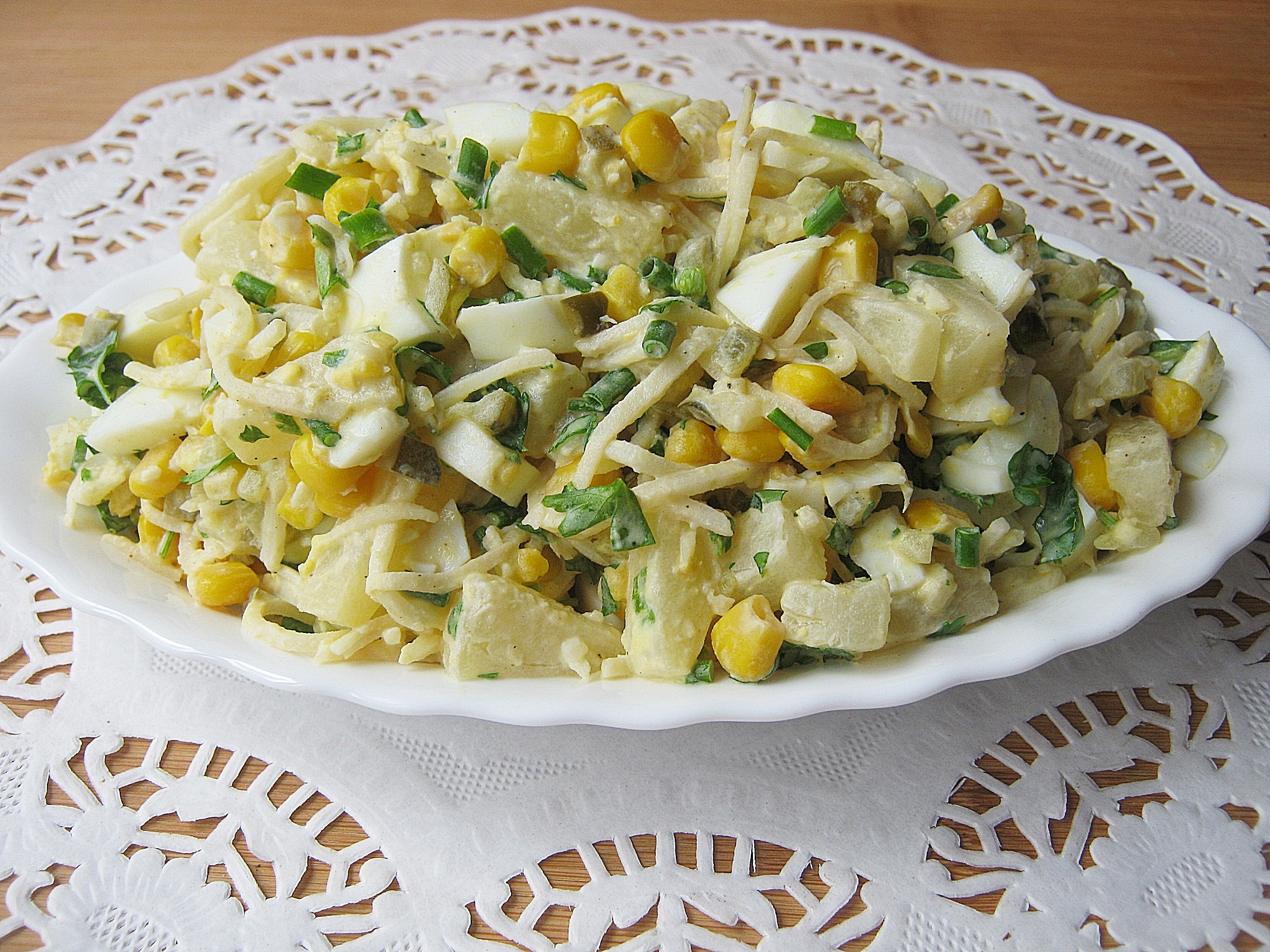 Salatka Z Selera Konserwowego I Jajek Z Dodatkiem Ananasa Smaki